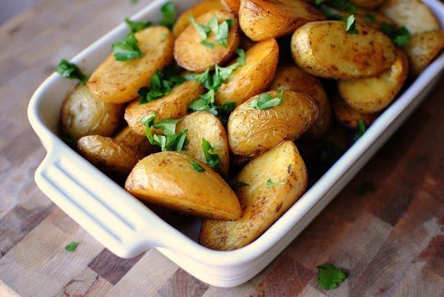 Печеный картофель с пряными травами
