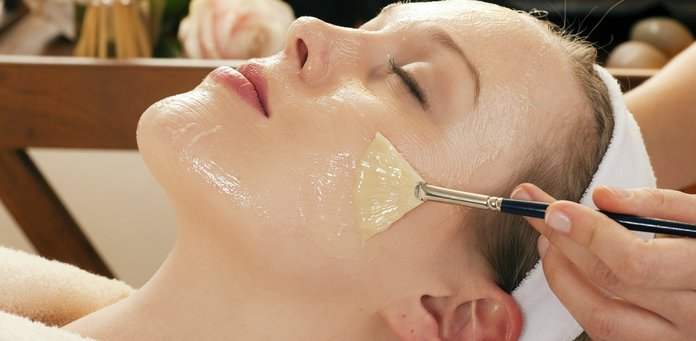 Нанесение орехового масла на лицо