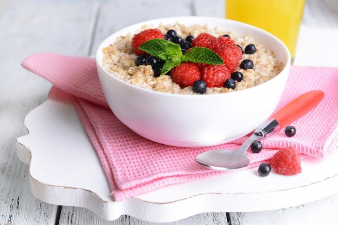 Овсяная каша с фруктами - самый полезный и вкусный завтрак
