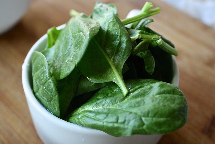 Мытые листья шпината