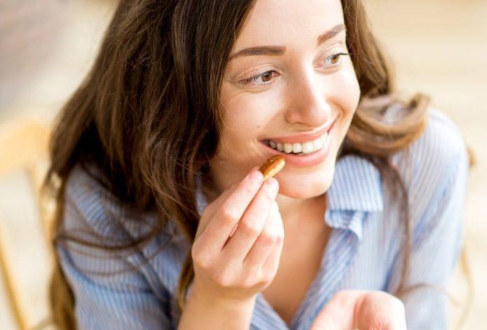 Женщина ест кешью