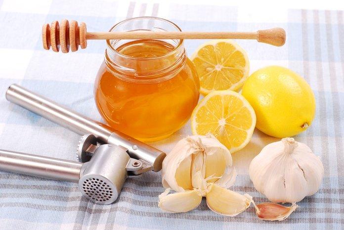 Лечение стенокардии мёдом, лимоном и чесноком
