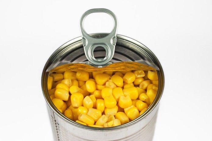 Кукурузные ерна в жестяной банке