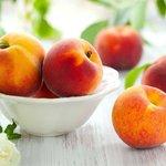 Тарелка с персиками