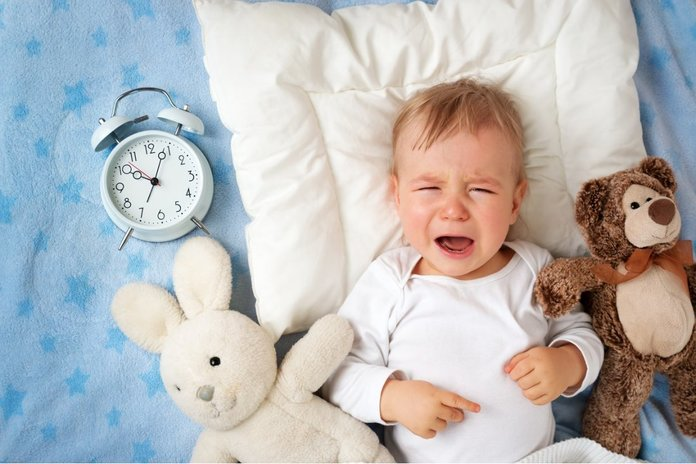 Ребенок плачет из-за боли при вздутии живота
