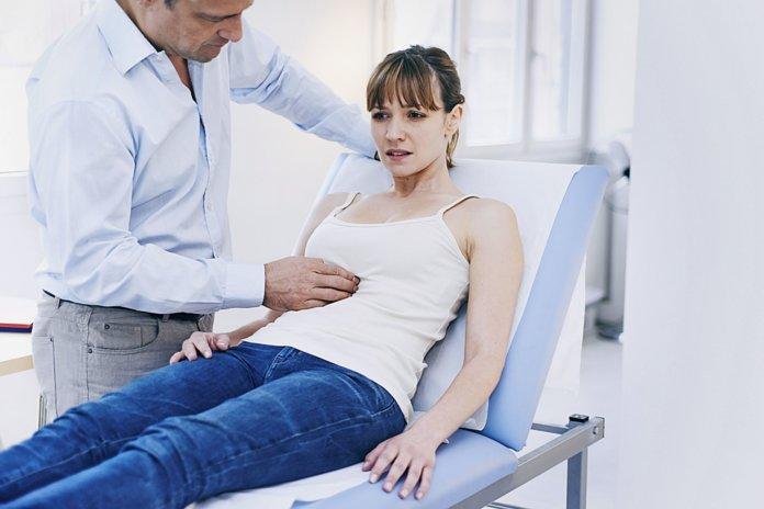 Женщине ставят диагноз - метеоризм