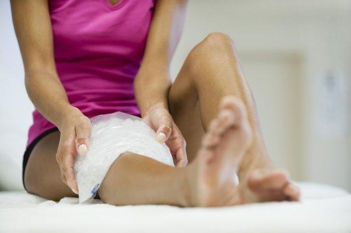 Наложение компресса на коленный сустав