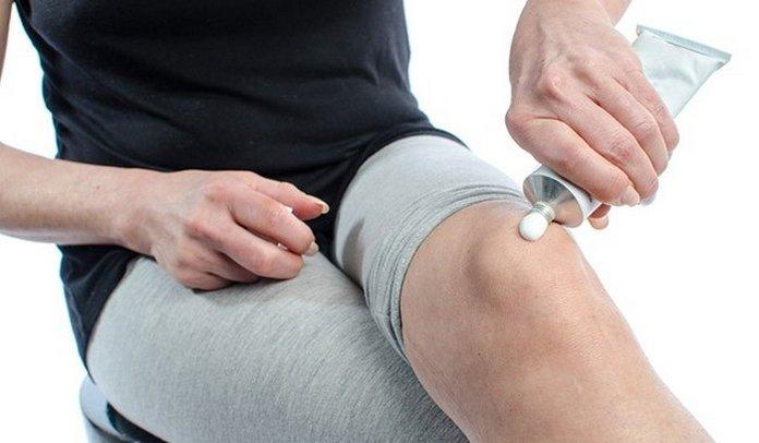 Нанесение мази на колено от боли в суставе