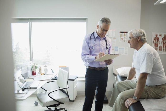 Больной межреберной невралгией на консультации у врача