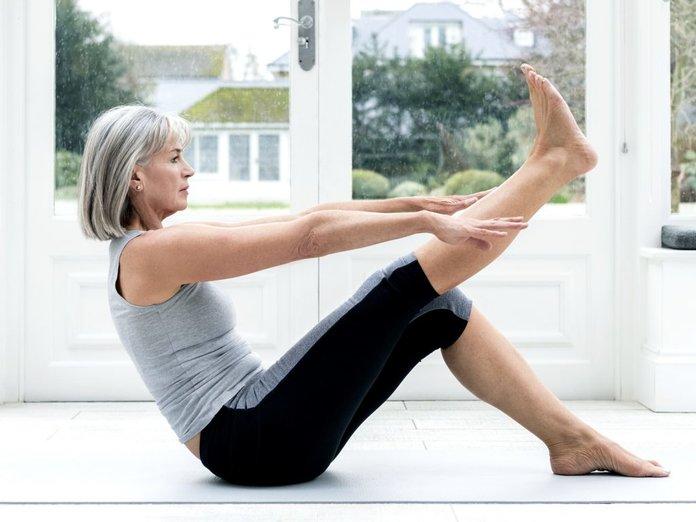 Женщина делает упражнения для ног
