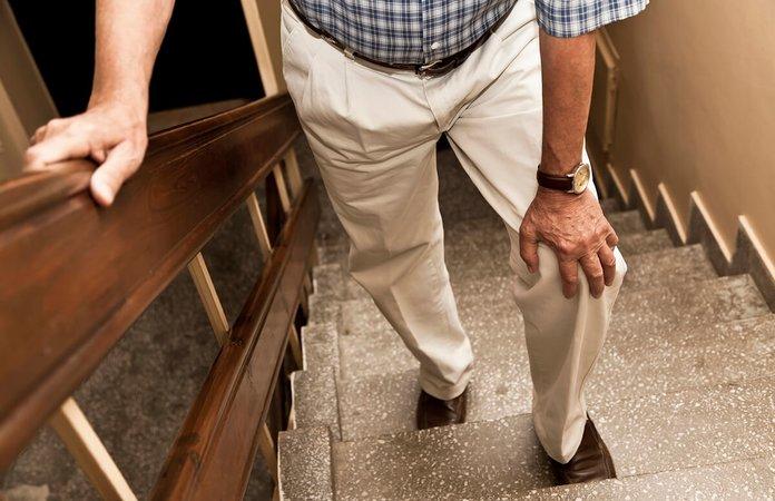 Мужчина с болью в ноге при трофической язве