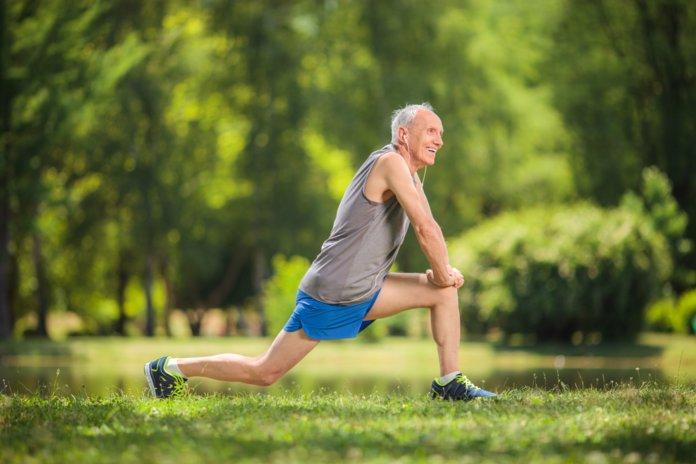 Пожилой мужчина занимается спортом