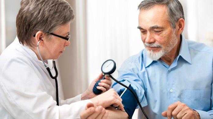 Пациент с гипертонией меряет давление