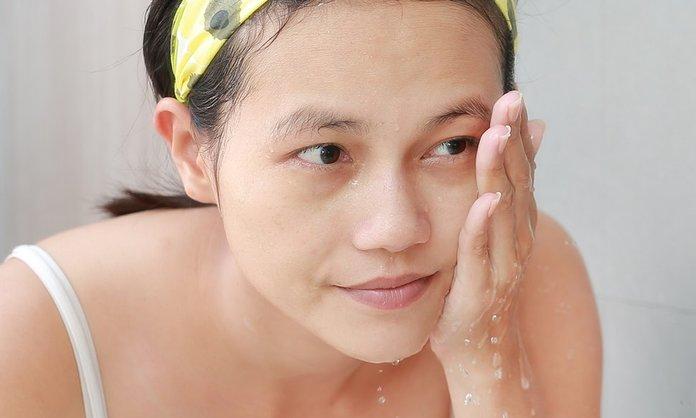 Гигиена лица для профилактики прыщей на висках