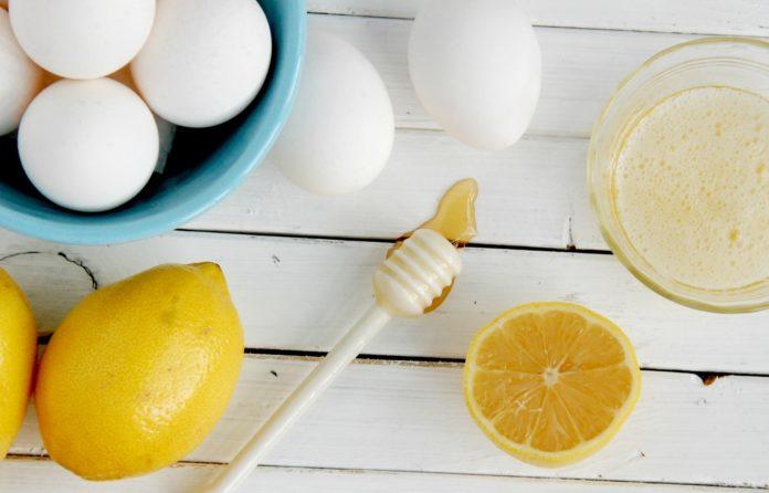Яично-лимонная маска против прыщей на висках