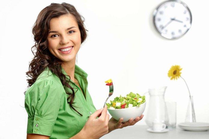 Девушка с овощным салатом в руках