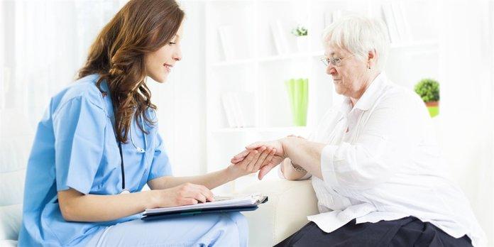 Женщина с псориазом у врача