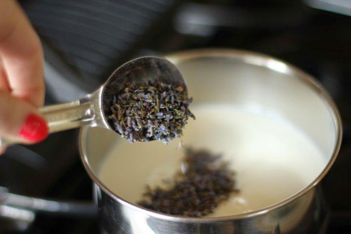 Приготовление молочного чая из лаванды