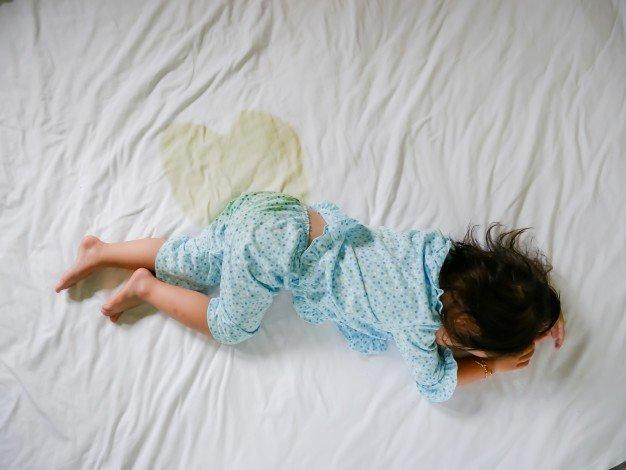 Девочка мочится во сне