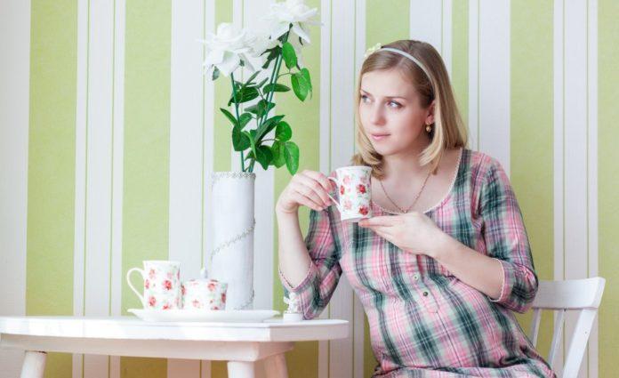 Беременная женщина пьет травяной чай