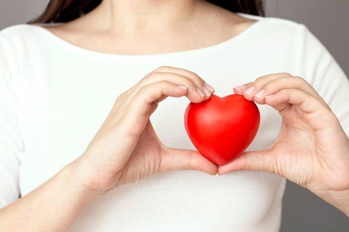 Девушка с игрушкой в форме сердца
