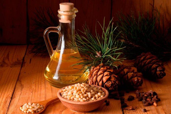 Кедровое масло и шишки на столе