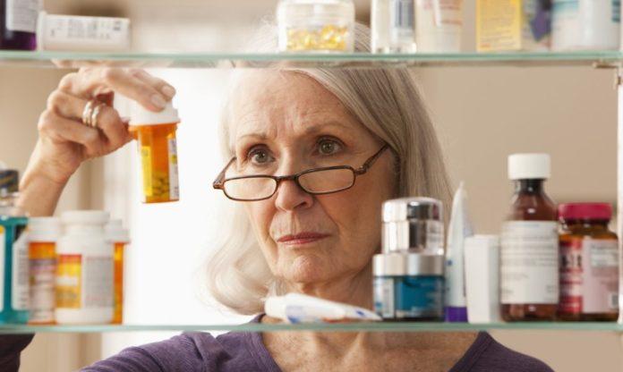 Женщина выбирает таблетки от псориаза