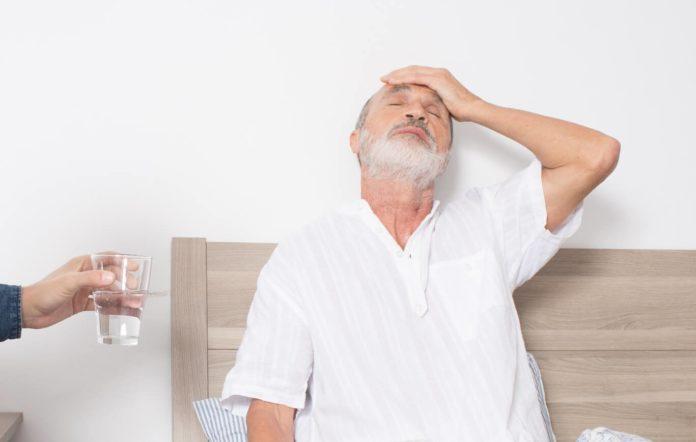 Мужчина страдает от головной боли после запоя