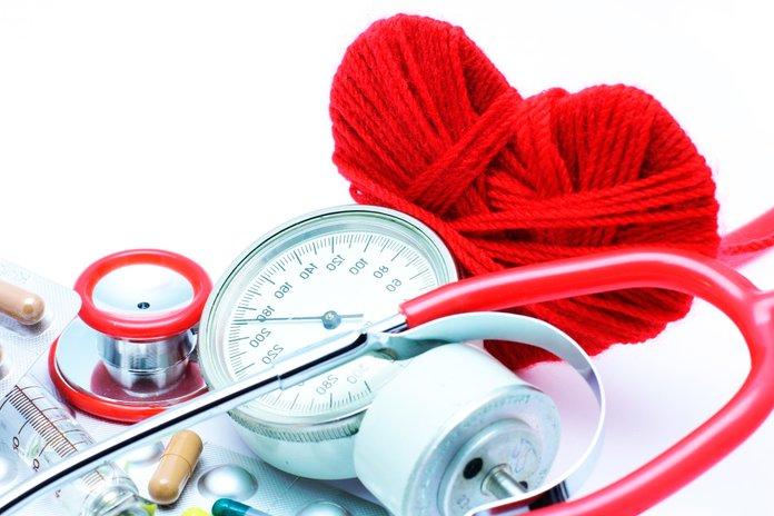 Тонометр, таблетка, сердце из красных нитей