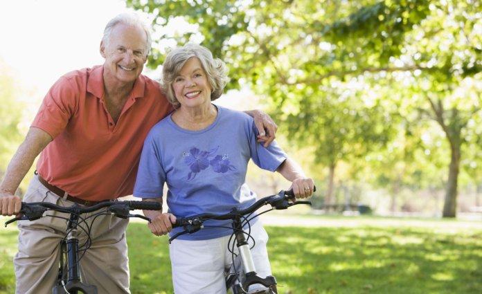 Пожилая пара радуется жизни
