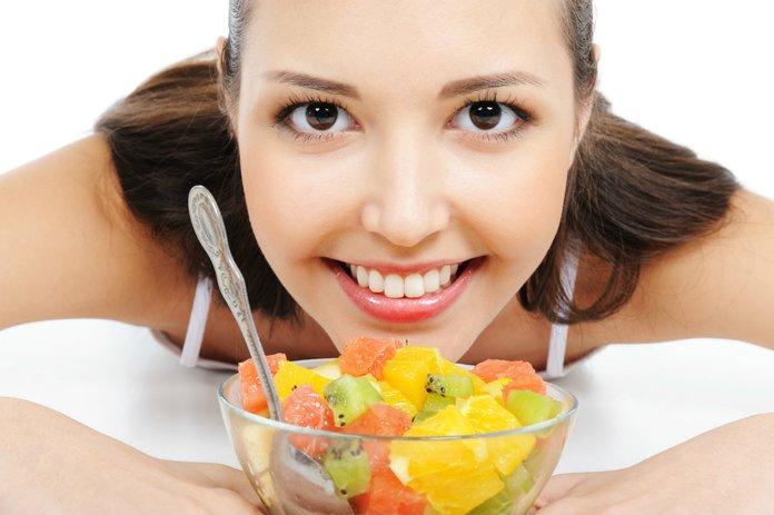 Девушка с фруктовым салатом