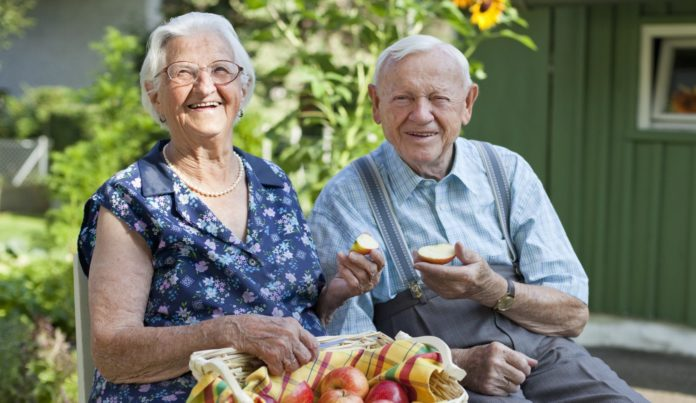 Радостная пожилая пара