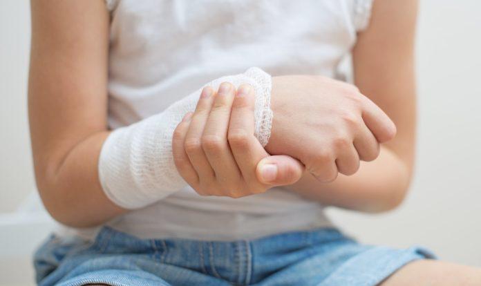 Ребенок с травмой руки