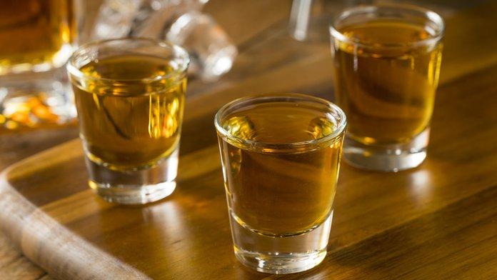 Рюмки со спиртными напитками