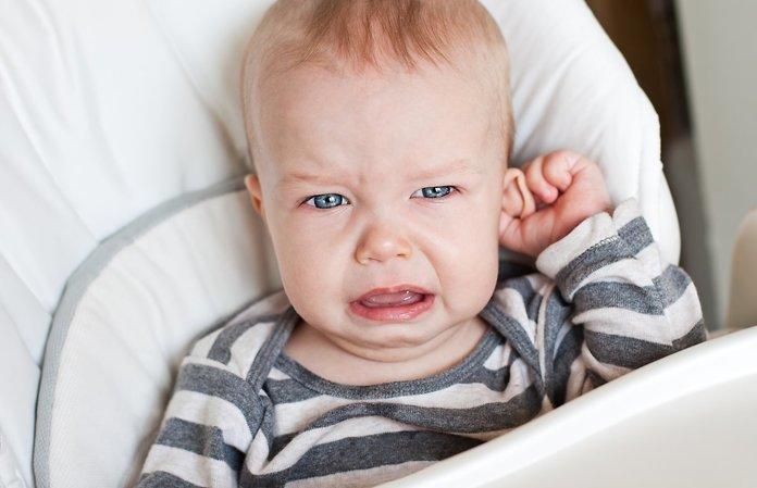 Ребенок плачет от ушной боли