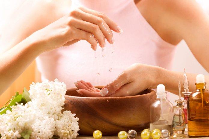 Женщина использует кедровое масло при лечении кожи