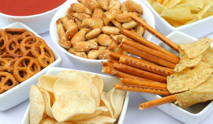 Чипсы и соленые закуски - причина возникновения прыщей