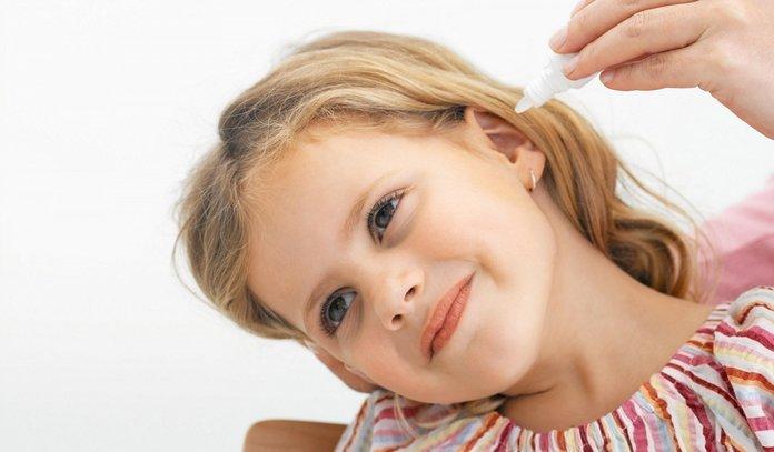 Девочка с больным ухом