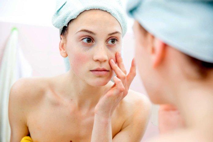 Девушка возле зеркала в ванной комнате