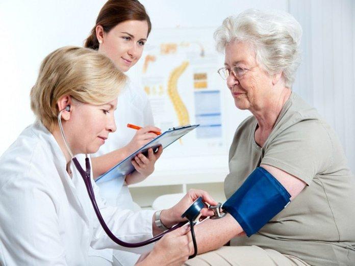 Измерение давления у пожилой женщины