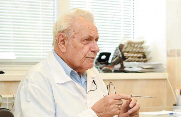 Иван Неумывакин в своем кабинете