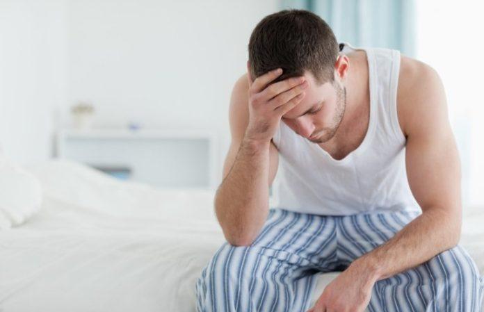 Мужчина расстроен из-за слабой потенции