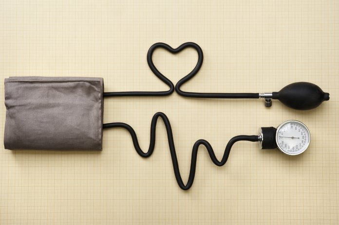 Тонометр в виде сердца и пульса