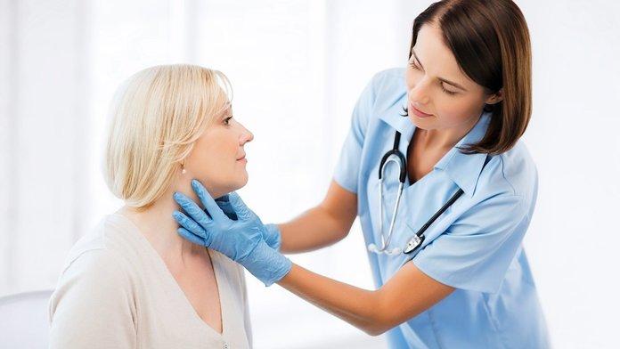 Женщина на сеансе у дерматолога