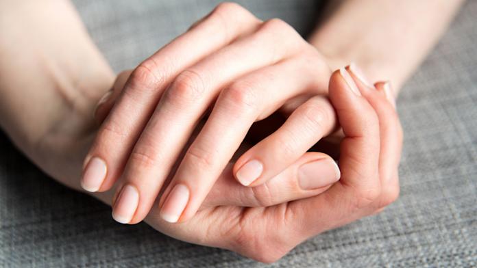 Женские руки с красивыми ногтями